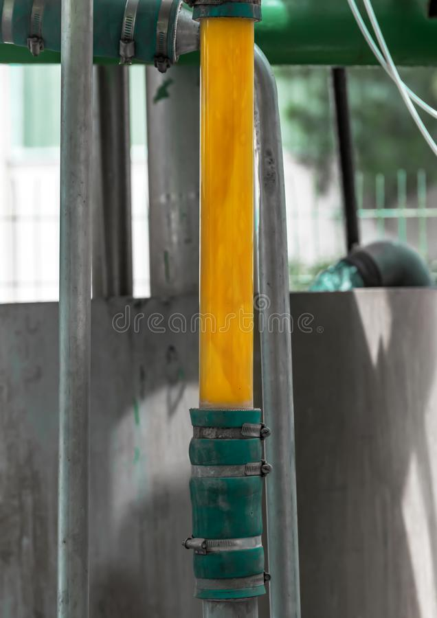 一部分的橙色罐头工厂或植物塞浦路斯的 金属建筑或系统与玻璃管桔子的生产的 免版税图库摄影