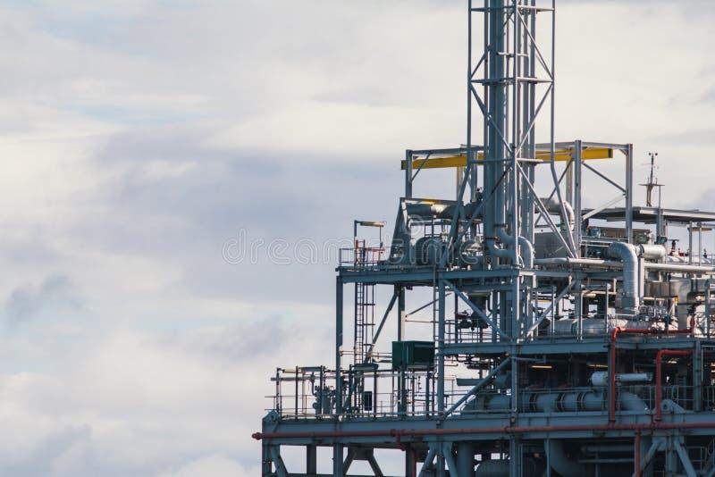 一部分的海平台的石油设施生产油和煤气的 免版税库存图片