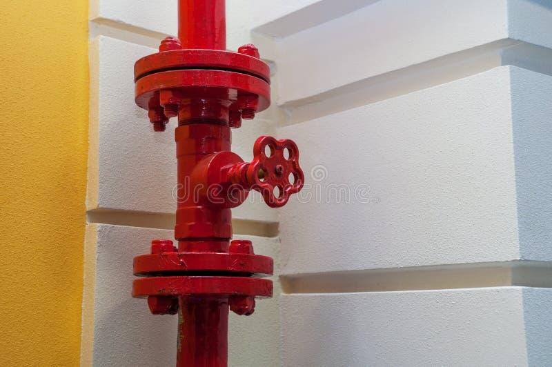 一部分的红色金属火用管道输送与阀门 免版税库存照片