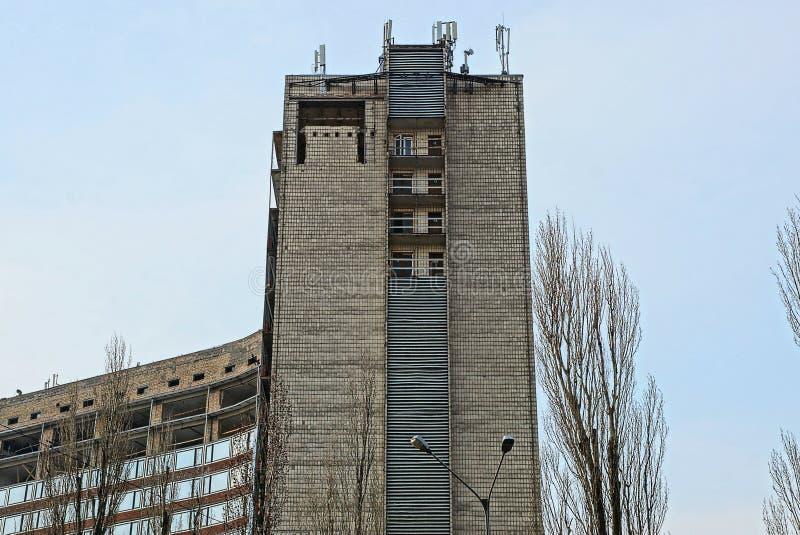 一部分的老反对天空的砖高房子 免版税库存照片