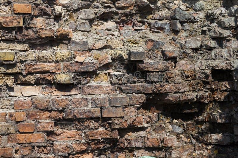 一部分的被毁坏的砖墙特写镜头 免版税图库摄影