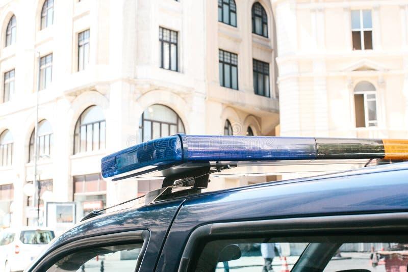 一部分的警车是在大厦的背景的一个警报器 公共秩序保护概念性照片  免版税库存照片