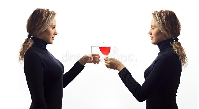 一部分的系列 自已谈话概念 少妇画象谈话与她自己在镜子、饮用奶或者酒在玻璃 库存图片