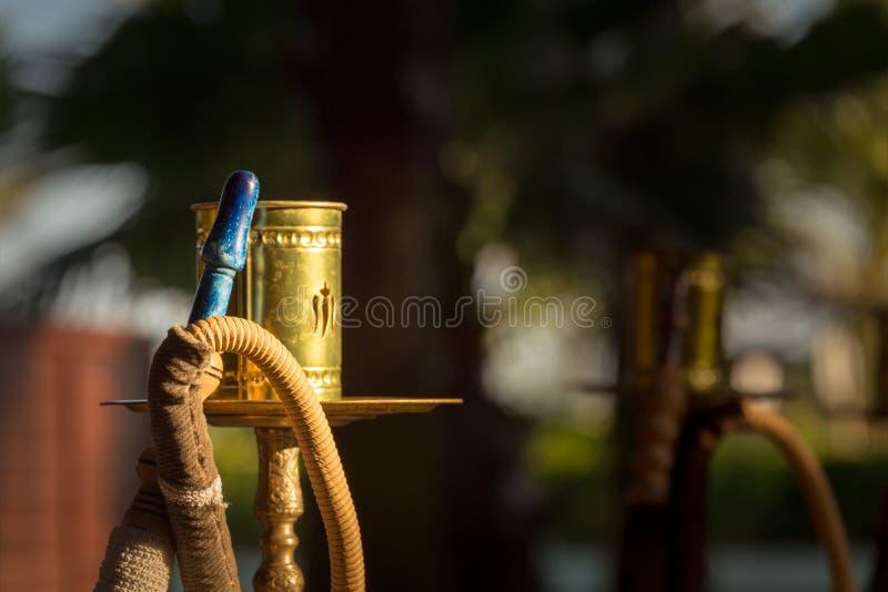 一部分的水烟筒,传统阿拉伯waterpipe,在阿拉伯休息 免版税库存照片