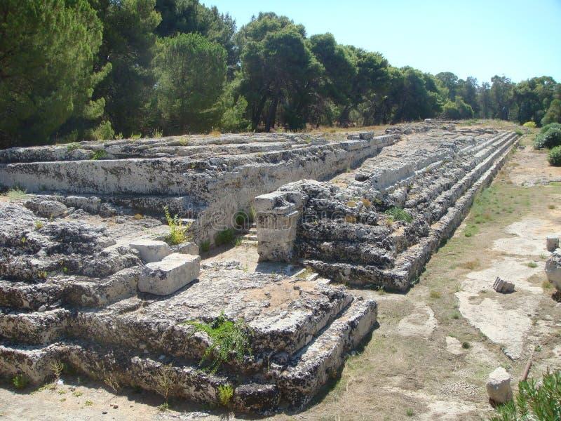 一部分的Ara Ierone II在Neapolis的古老区向在考古学公园里面的西勒鸠斯 西西里岛意大利 免版税库存照片