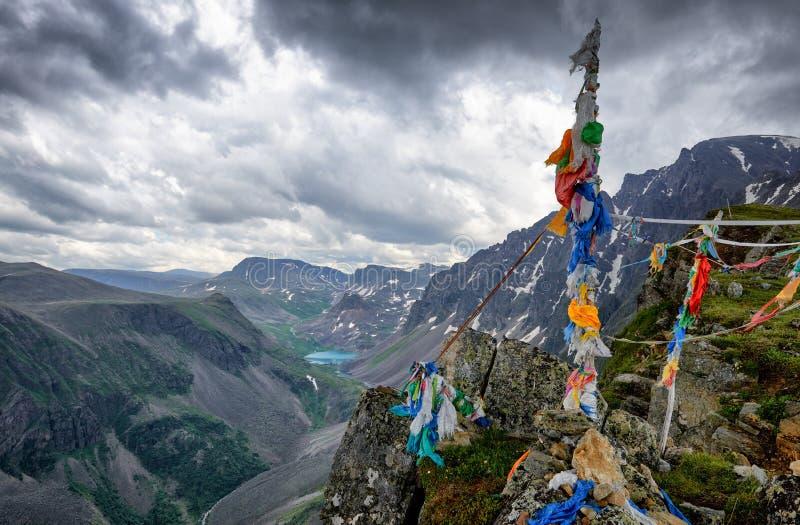 一锐化在东萨扬的山脉 众多的丝带被栓对登山杖 库存照片