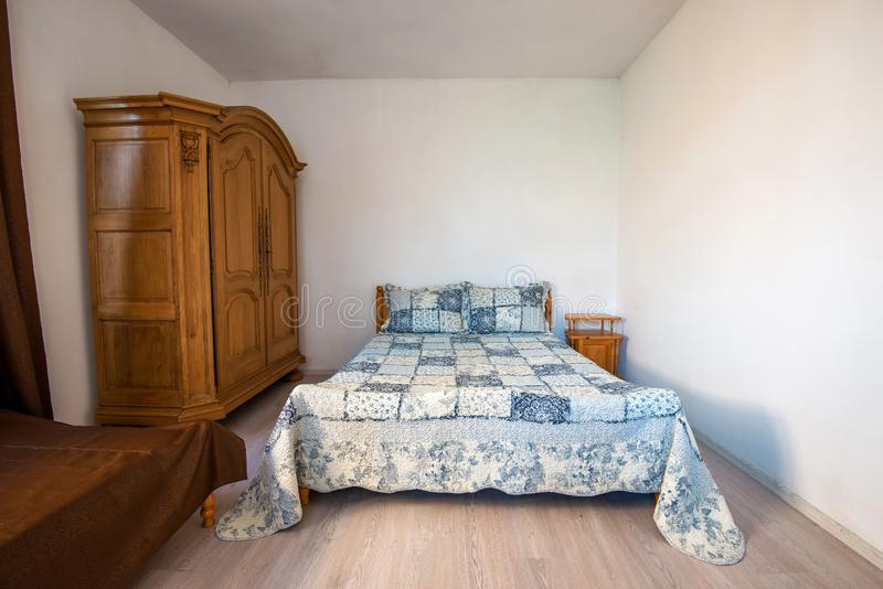 一间传统英国卧室的广角看法 免版税库存图片