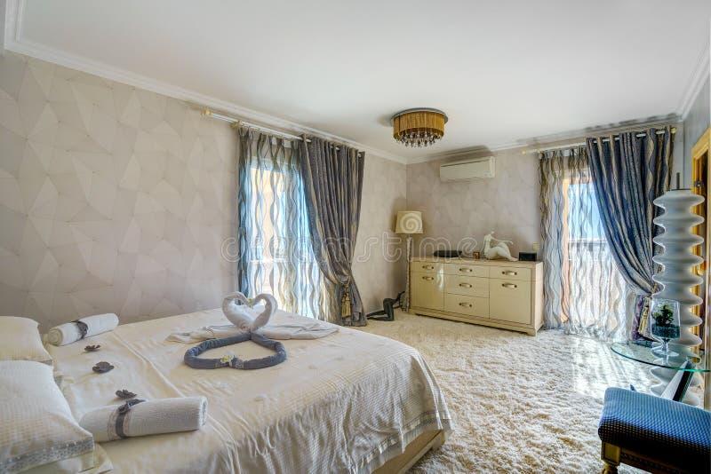 一间卧室的内部豪华别墅的 免版税库存图片