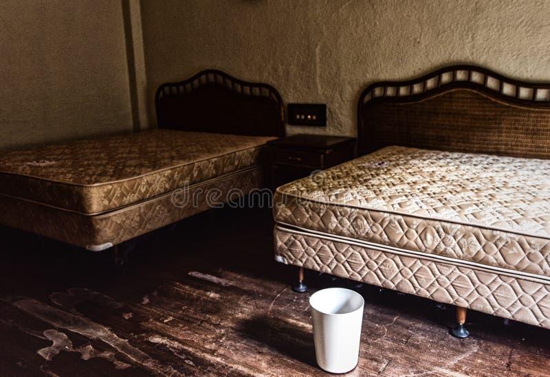 一间屋子的内部看法有两三张床的在一个被放弃的大厦 库存照片