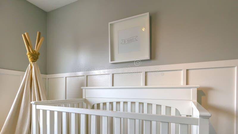 一间屋子的清楚的全景内部孩子的有白色木小儿床和戏剧圆锥形帐蓬的 免版税库存图片