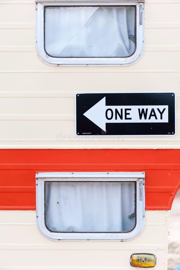 一间拖车或有蓬卡车/客舱的边与的窗口和可看见一个方式的标志 免版税库存照片