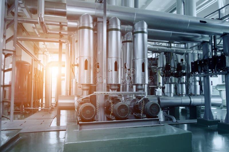 一间现代工业燃气锅炉屋子的内部 管道,水泵,阀门,测压器 库存图片