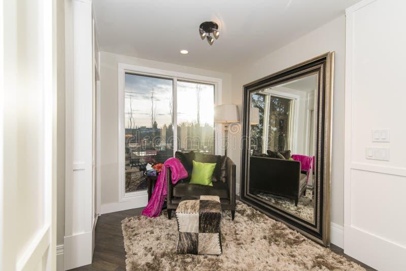 一间现代更衣室的美丽的射击有一个大镜子的在墙壁上 库存图片