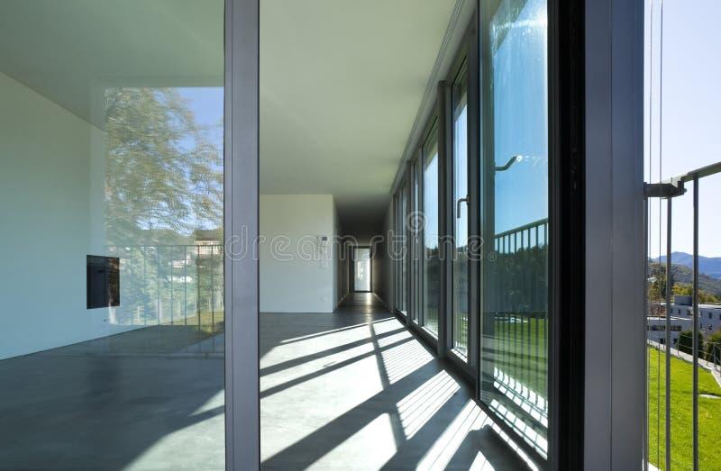 一间空的屋子,客厅的内部 有一个壁炉的大白色墙壁在中部 免版税图库摄影