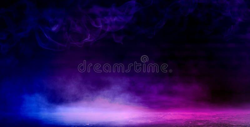 一间空的黑暗黑屋子的背景 空的砖墙,光,烟,焕发,光芒 免版税库存图片