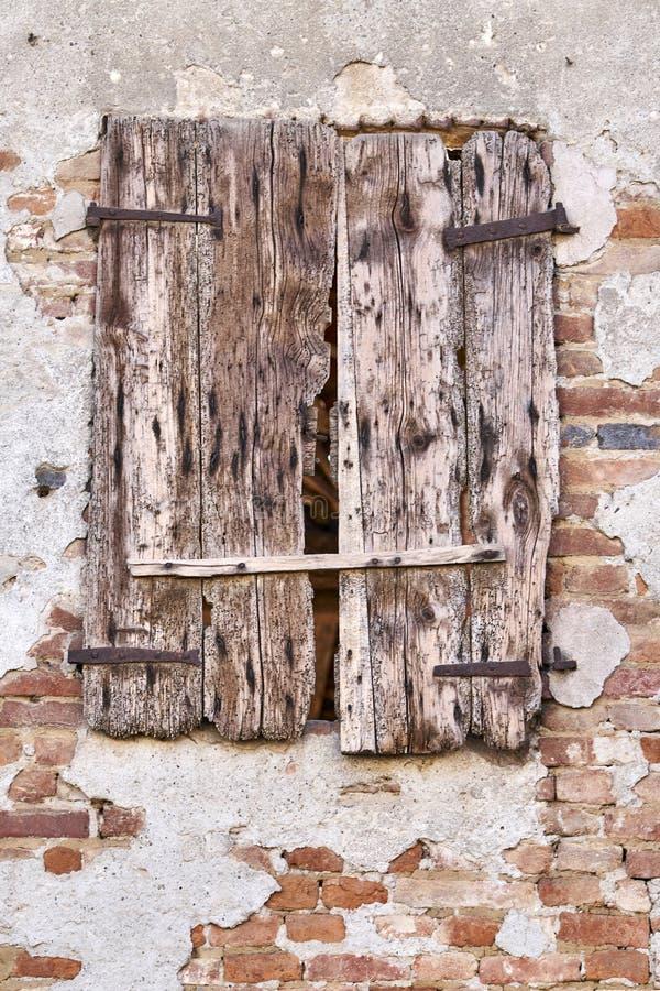 一间老被破坏的农舍的窗口 库存照片