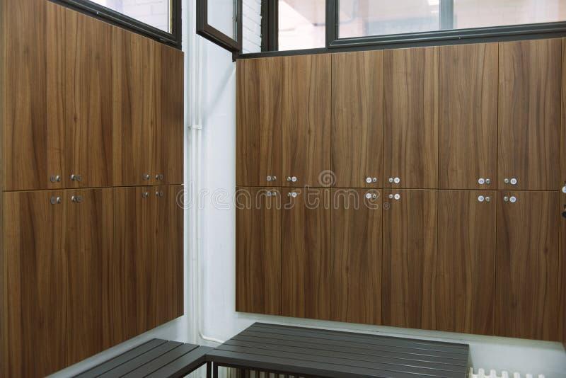 一间衣物柜更衣室的内部健身房的 免版税库存图片