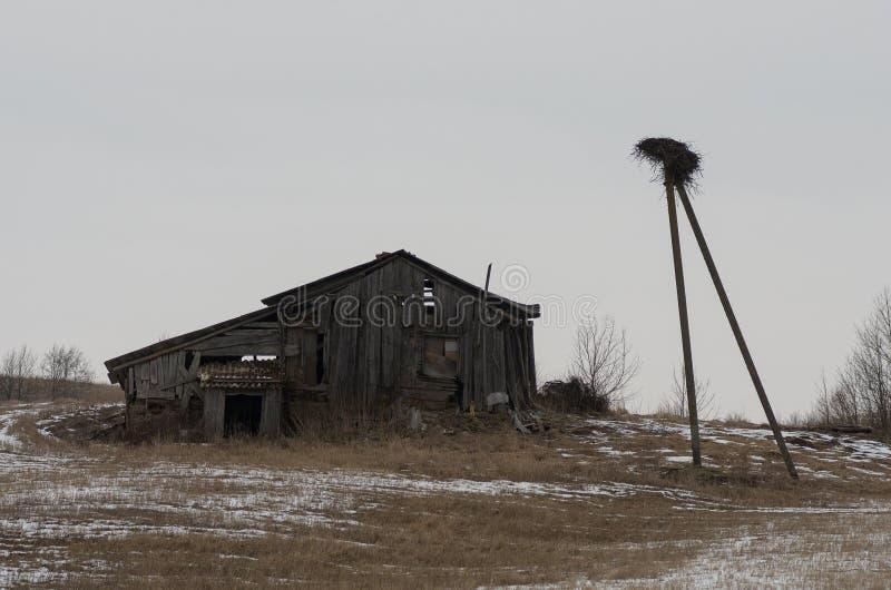 一间被放弃的木客舱的废墟 库存照片