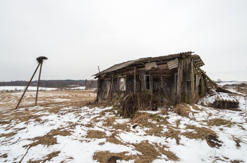 一间被放弃的木客舱的废墟 图库摄影