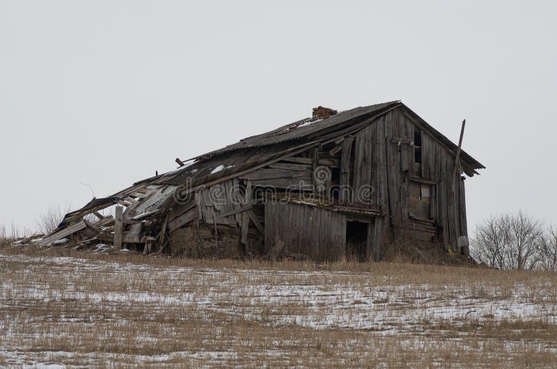 一间被放弃的木客舱的废墟 免版税图库摄影
