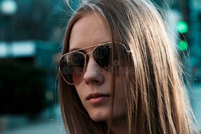 一非常美丽的年轻女人的水平的画象有金发的 免版税库存图片