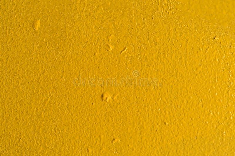 一面涂成黄色的墙的近景 免版税库存图片