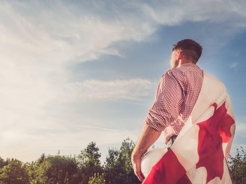 一面白色盔甲和加拿大旗子的工程师 免版税图库摄影