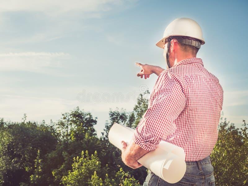 一顶白色安全帽的英俊的工程师 免版税库存照片