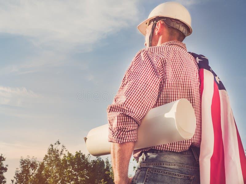 一顶白色安全帽的英俊的工程师 图库摄影