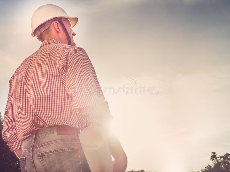 一顶白色安全帽的英俊的工程师 库存图片