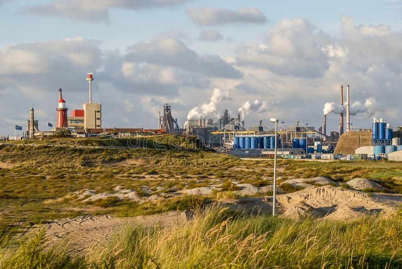 一项钢铁制品的一处工业都市风景有烟斗的在IJmuiden,荷兰 免版税库存图片