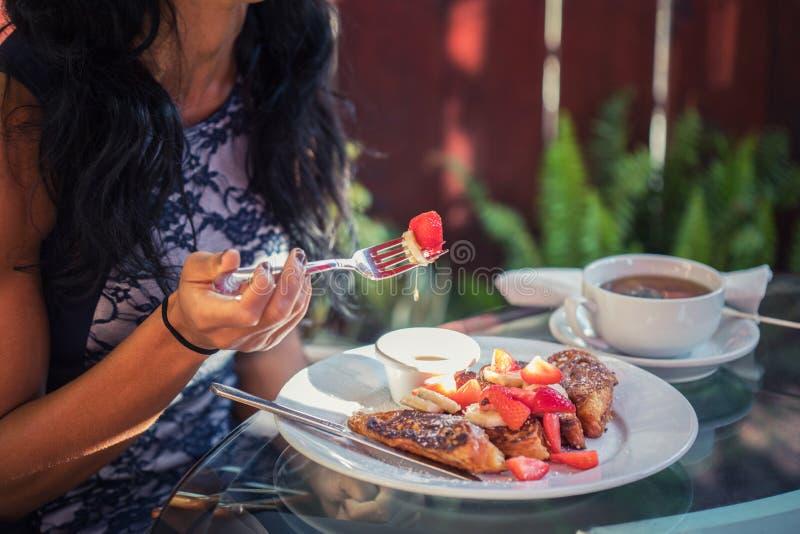 一顿健康早餐:法式多士用草莓 免版税库存照片