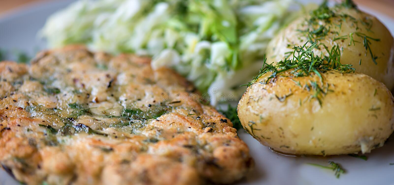 一顿健康晚餐在家做了-鸡丸子用新鲜的土豆 库存图片