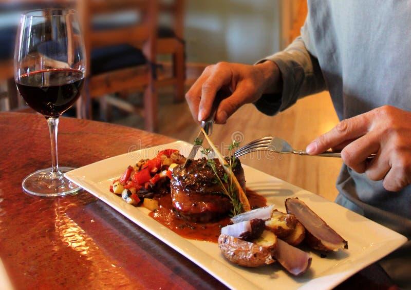 一顿光彩的晚餐用红葡萄酒 库存照片
