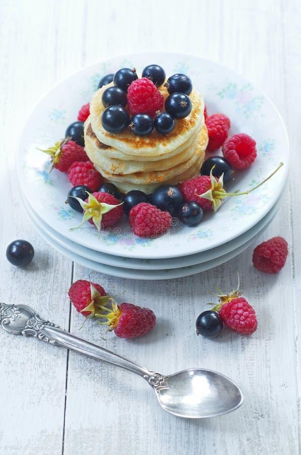 一顿可口早餐薄煎饼用新鲜的莓果 库存图片