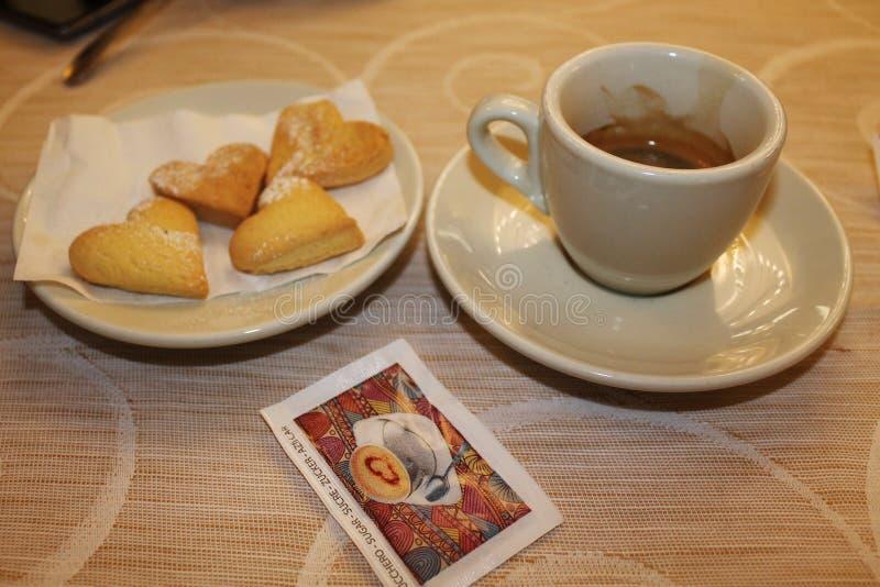 一顿情人节早餐在维罗纳-在一地方café的浪漫静物画 免版税库存图片