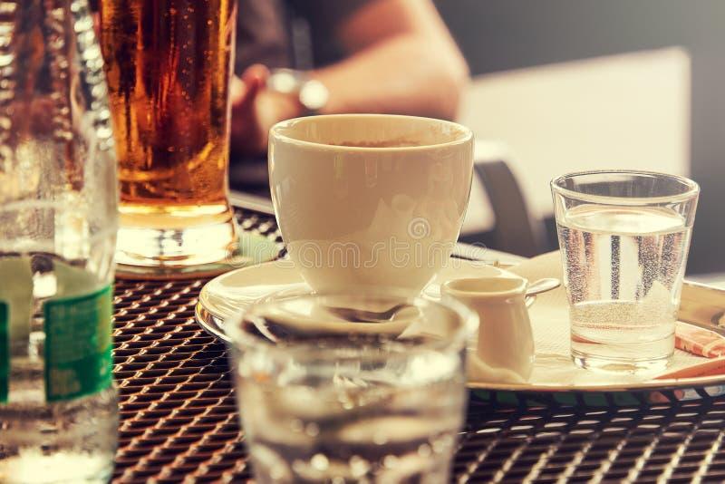 一顿早餐的特写镜头视图在桌上的在庭院restaura 库存照片