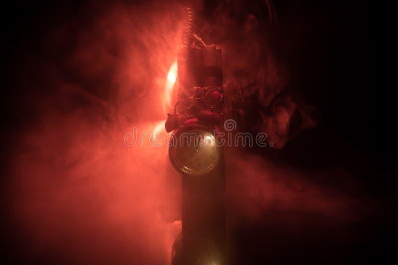 一颗定时炸弹的图象反对黑暗的背景的 计数下来对爆炸的定时器阐明在发光通过的轴光 免版税图库摄影