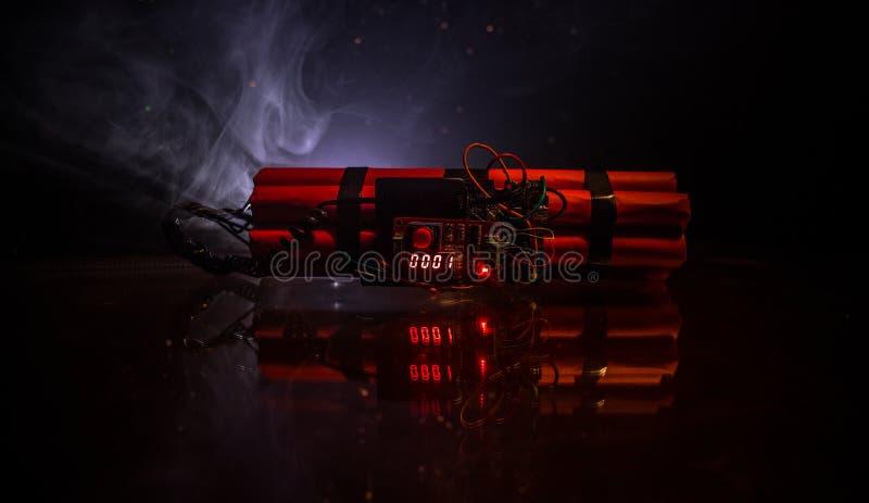 一颗定时炸弹的图象反对黑暗的背景的 计数下来对爆炸的定时器阐明在发光通过的轴光 库存图片