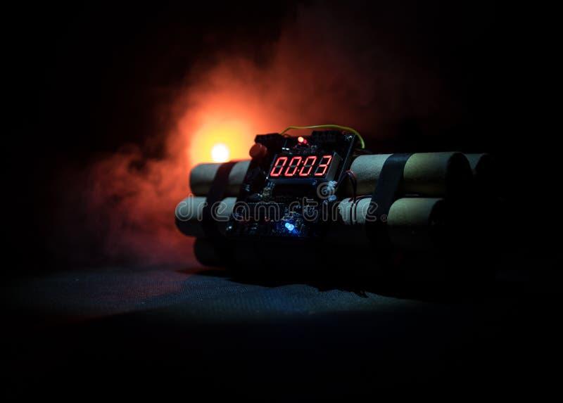 一颗定时炸弹的图象反对黑暗的背景的 计数下来对爆炸