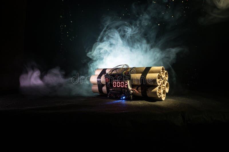 一颗定时炸弹的图象反对黑暗的背景的 计数下来对爆炸的定时器阐明在发光通过d的轴光 免版税库存图片
