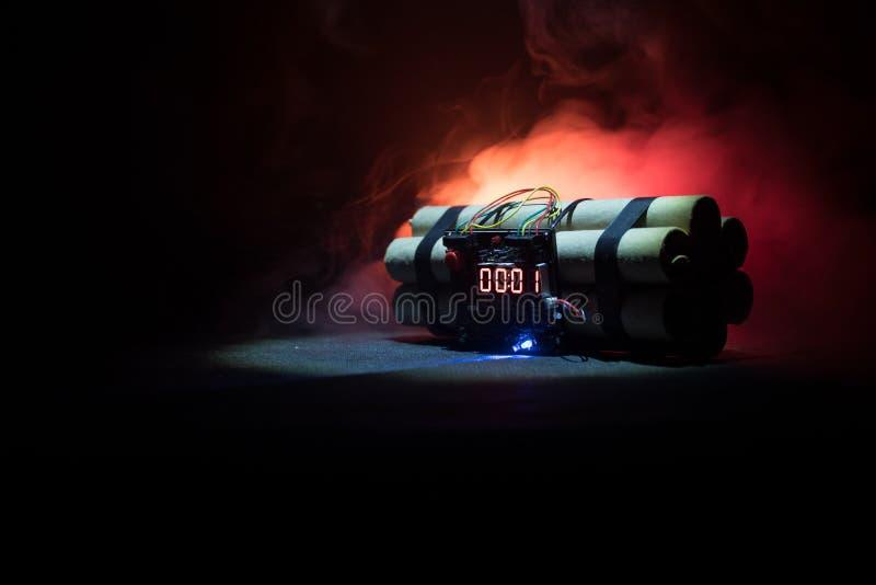 一颗定时炸弹的图象反对黑暗的背景的 计数下来对爆炸的定时器阐明在发光通过d的轴光 免版税图库摄影
