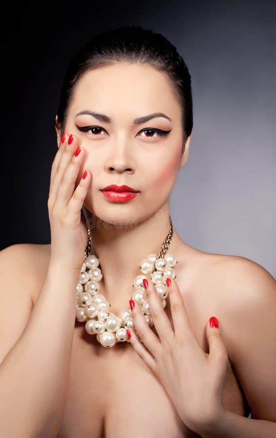 一颗美好的亚洲女性模型佩带的珍珠的画象成串珠状 免版税图库摄影