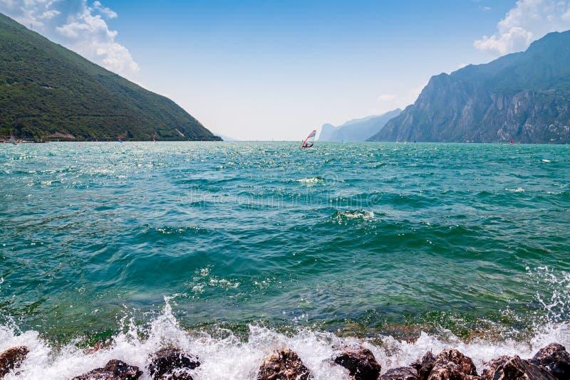 一风帆冲浪在加尔达湖 图库摄影