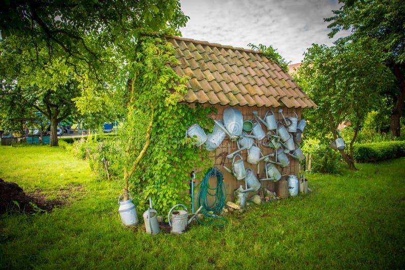 一首似梦幻般的田园诗的俏丽的庭院房子 图库摄影