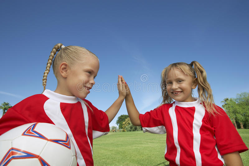 给一高五在足球场的女孩 图库摄影