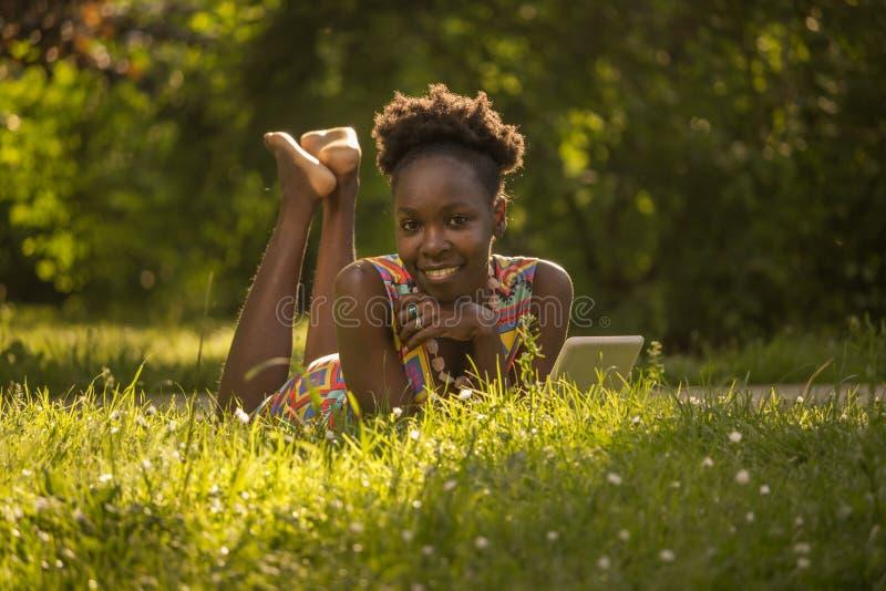一,年轻成人,黑非裔美国人愉快微笑的享用 库存图片