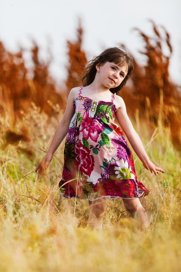一件五颜六色的礼服的女孩 免版税库存图片