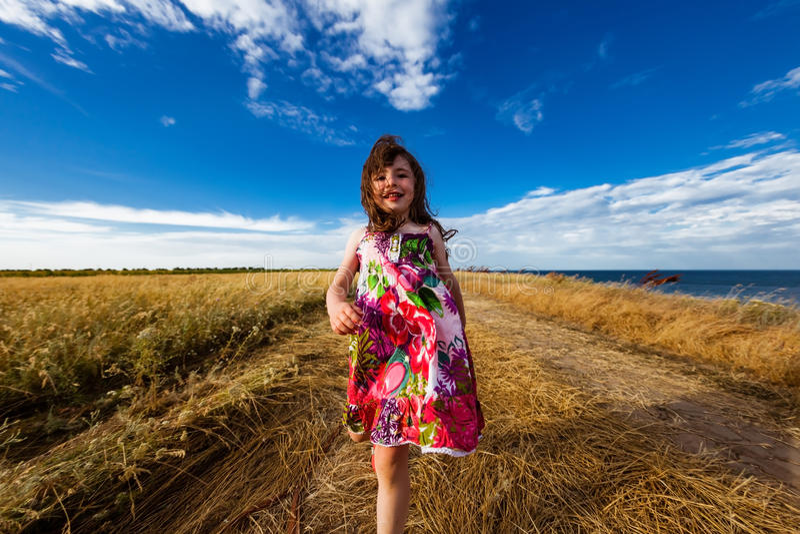 一件五颜六色的礼服的女孩 免版税库存照片