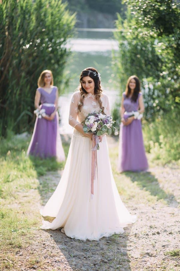 一件令人愉快的白色礼服的美丽的小姐 库存图片